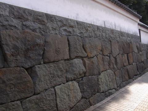 石材に残る山崎家の刻印
